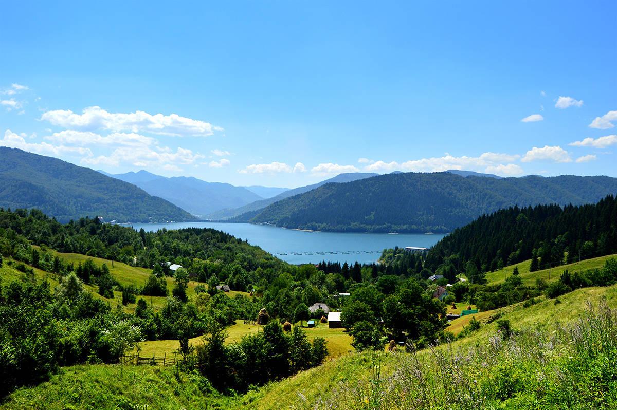 Peisajul deosebit din jurul  lacului