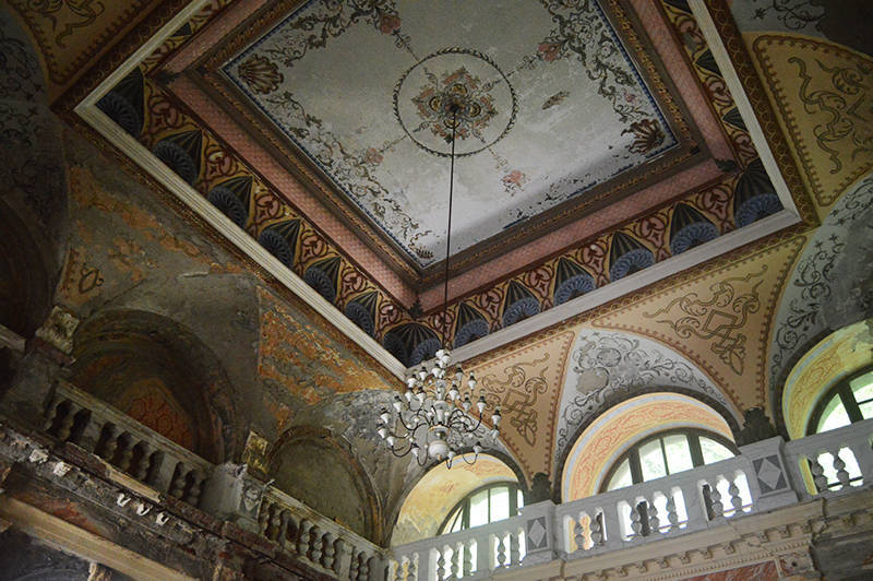 Tavanul si candelabrul din holul cladirii bailor